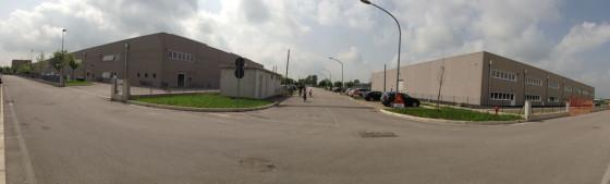 """Il """"quartiere Pixart"""" con la strada pubblica che attualmente divide i due capannoni occupati dall'azienda sulla quale, grazie alla variante concessa dalla maggioranza, verrà realizzato parte dell'ampliamento che porterà ad un unico capannone da circa 25mila mq."""