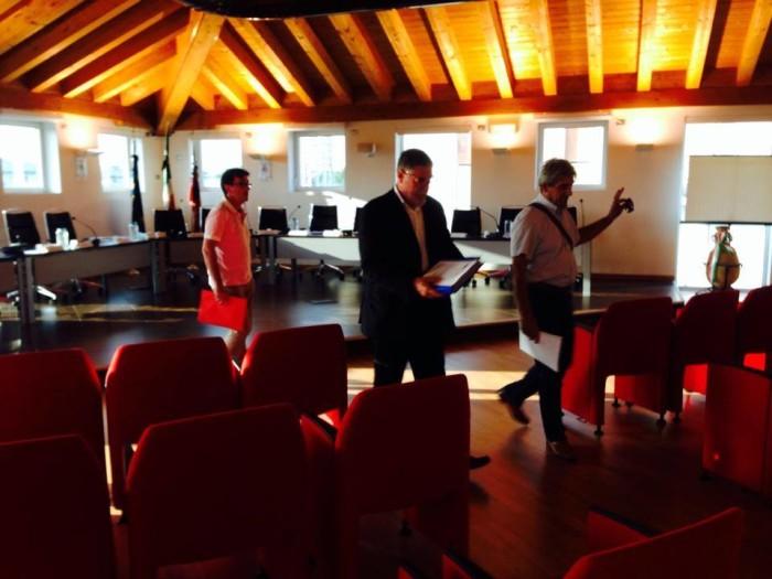 I consiglieri Cesarato, Fanton e Varin mentre abbandonano l'aula del Consiglio.